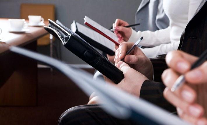 Должны ли офисные работники проходить обучение по охране труда и пожарно-техническому минимум внутри организации? И нужно ли согласовывать программу обучения со сторонней организацией?
